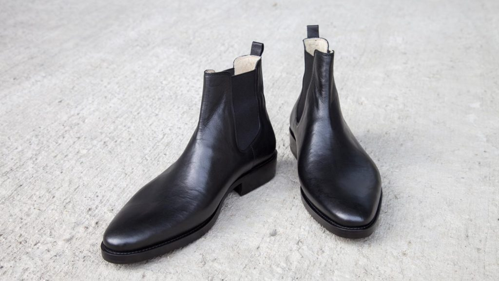 Stiefeletten mit Gummizug, handgemachte Herrenschuhe schwarz, holzgenagelt, EUR 490,–, Größe Abb. 42/43
