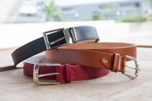 handgefertigte Ledergürtel in Schwarz, Braun und Rot