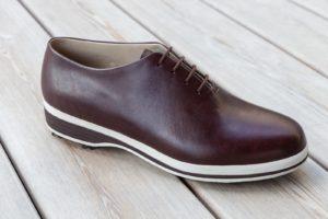 Golfschuhe für Herren aus braunem Leder mit weißer Sohle und ohne Naht
