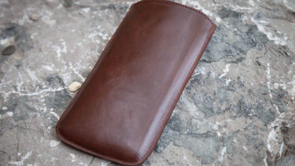 Maßgefertigte Handyhülle aus Leder