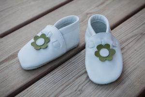 Weiße Ledermokassins für Kinder, handgefertigt