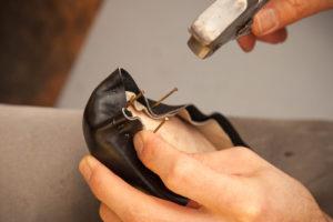 Für Maßschuhe wird das Leder über den Leisten gezwickt