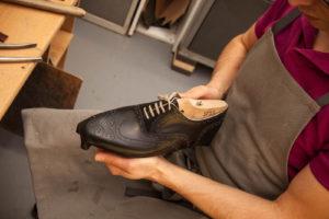 Für die genaue Passform von Maßschuhen wird das Leder über den Leisten gezwickt