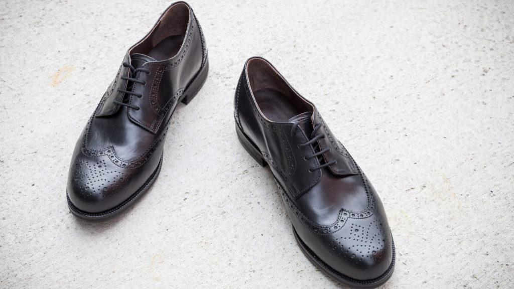 Klassische Herrenschuhe, Wiener Modell, schwarzes Leder, Größe 43