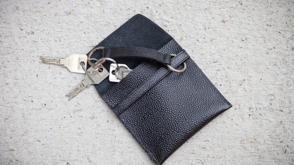 Schwarze Schlüsseltasche, hangemacht