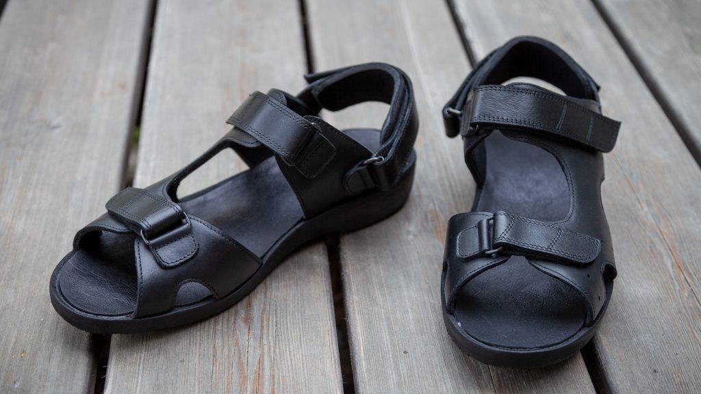 Orthopädische schwarze Sandalen mit integrierter Einlage