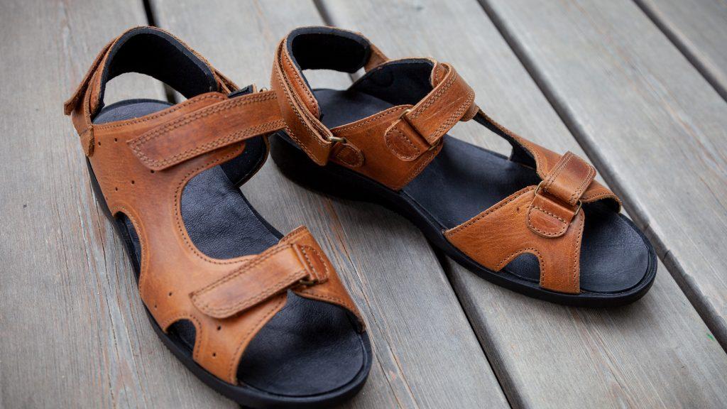 Braune orthopädische Sandalen