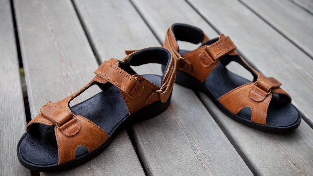 Orthopädische Sandalen nach Maß mit intergrierter Einlage