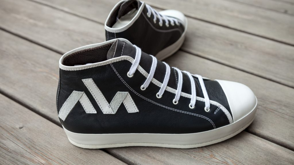 Orthopädische Sneaker, halbhohe Maßschuhe mit Logo